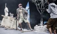 «Επαναστατικές μέθοδοι για τον καθαρισμό της πισίνας σας»  από το Εθνικό Θέατρο