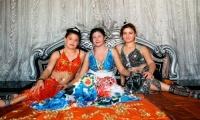 «Αθίγγανες Πολιτείες» - Σπίτια χωρίς έπιπλα και νεαρές Ρομά σε νυφικές πόζες