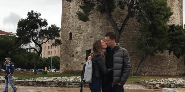 Αντώνης Σρόιτερ – Ιωάννα Μπούκη φιλιούνται με φόντο τον Λευκό Πύργο