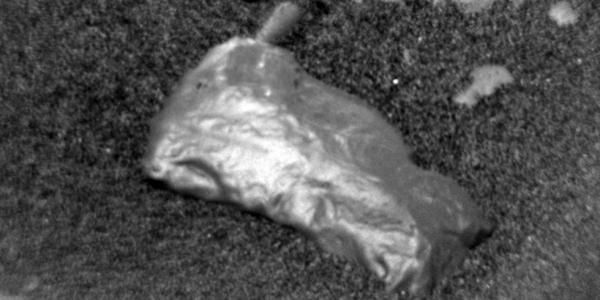 Λαμπερό εύρημα του Curiosity στην επιφάνεια του Άρη προβληματίζει τους επιστήμονες