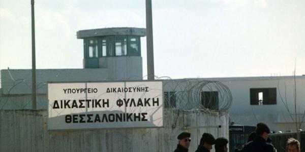 Οι αστυνομικοί της Θεσσαλονίκης έδωσαν βιβλία σε κρατούμενους των Διαβατών