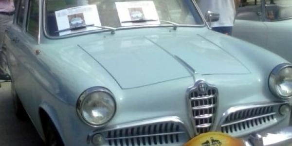 Συλλεκτικά μοντέλα της Alfa Romeo ποζάρουν στην πλατεία Αριστοτέλους