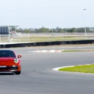 Η νέα Porsche Carrera S στα χέρια του Mark Webber