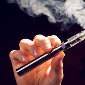 Μυστηριώδης πνευμονοπάθεια στις ΗΠΑ συνδέεται με το άτμισμα