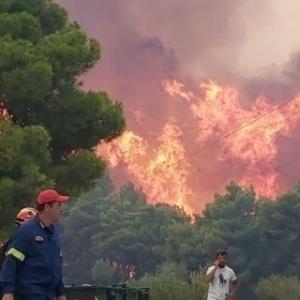 Ανεξέλεγκτη η φωτιά στη Ζάκυνθο