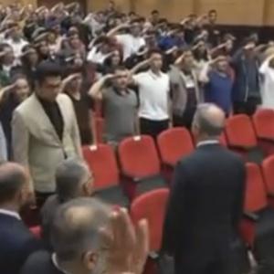 Τούρκοι μαθητές χαιρετούν στρατιωτικά τον Ακάρ
