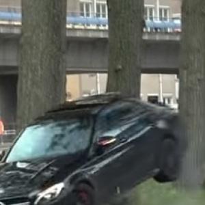 Ο άσχετος, η Mercedes C63 AMG και το δέντρο