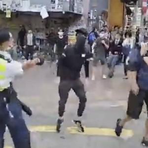 Αστυνομικός στο Χονγκ Κονγκ πυροβολεί εξ επαφής διαδηλωτή