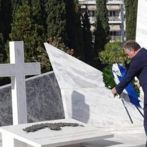 Κατάθεση στεφάνου από τον Σταύρο Καλαφάτη στα  Συμμαχικά Κοιμητήρια