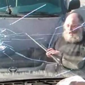 Παπάς σε κατάσταση αμόκ σπάει με λοστό την τζαμαρία λεωφορείου (video)