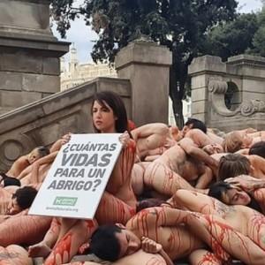 Διαδηλωτές έβγαλαν τα ρούχα τους διαμαρτυρόμενοι για το εμπόριο γούνας