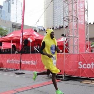 Προπονητής στίβου σπάει το ρεκόρ Γκίνες ντυμένος ως φρούτο!