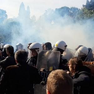 Το ΠΑΜΕ καταγγέλλει βίαιη επίθεση της κυβέρνησης εναντίον  υγειονομικών