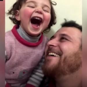 Ένας πατέρας στη Συρία μετέτρεψε τη φρίκη του πολέμου σε παιχνίδι