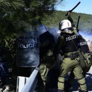 Πολίτες πήραν τα όπλα στη Λέσβο εναντίον των ΜΑΤ