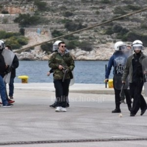 Τα ΜΑΤ έφυγαν σπάζοντας αυτοκίνητα και αποκαλώντας τους Χιώτες τουρκόσπορους