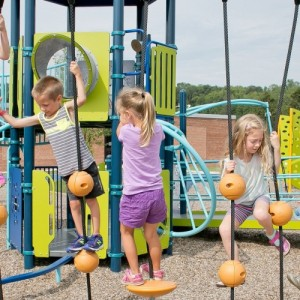 Ανακαίνιση για 17 παιδικές χαρές και αυλές σχολείων