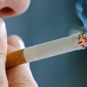 Ο καπνός του τσιγάρου  αυξάνει τον κίνδυνο σοβαρής Covid-19
