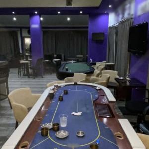Επαιζαν χαρτιά σε ειδικά διαμορφωμένο τραπέζι - Συνελήφθησαν 18 άτομα στη Θεσσαλονίκη