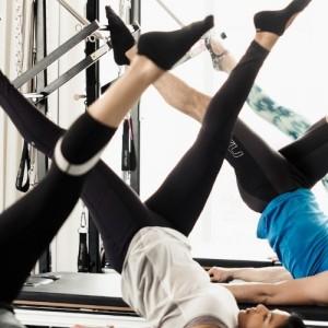 Pilates και latin ζωντανά… από το σαλόνι σας
