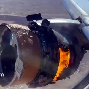 Κινητήρας αεροπλάνου διαλύθηκε εν πτήσει  και έπεσε σε αυλές σπιτιών