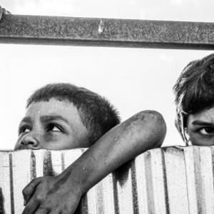 Η κυβέρνηση χύνει κροκοδείλια δάκρυα για τα προσφυγόπουλα θύματα κακοποίησης
