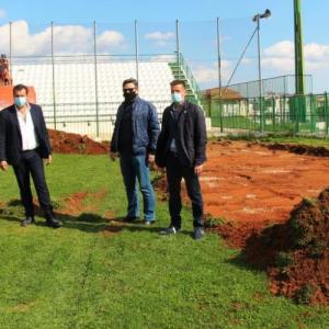 Ανακατασκευή του χλοοτάπητα στο Δημοτικό Στάδιο Ακρατήτου