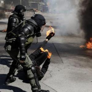 Άνδρες των ΜΑΤ βοήθησαν διαδηλωτή που καιγόταν από μολότοφ