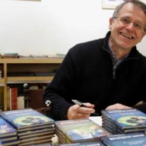 Τη νέα περιπέτεια του ντετέκτιβ Κλουζ παρουσιάζει ο συγγραφέας του - LIVE