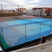Γήπεδα τένις στον περιβάλλοντα χώρο του γυμναστηρίου © goTHESS.gr