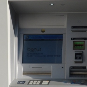 Άγνωστοι έσπασαν τζαμαρία τράπεζας
