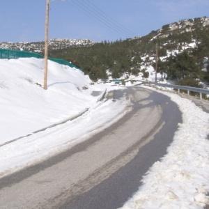 Δύο άτομα παγιδεύτηκαν σε ΙΧ στα χιόνια