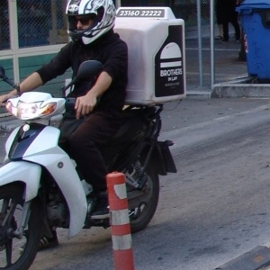Πέντε ατυχήματα με διανομείς τις τελευταίες δέκα ημέρες στη Θεσσαλονίκη