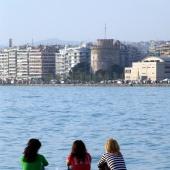 Αποψη του Λευκού Πύργου. Δίπλα στα δεξιά διακρίνεται το Βασιλικό Θέατρο © goTHESS.gr