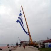 Από τις εκδηλώσεις για τα 100 χρόνια ελεύθερης Θεσσαλονίκης - Ελληνική σημαία στο λιμάνι © goTHESS.gr