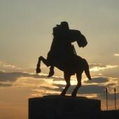 Το άγαλμα του Μεγάλου Αλεξάνδρου με φόντο το ηλιοβασίλεμα © goTHESS.gr